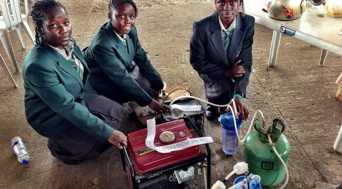 Nigeria : les 3 collégiennes concrétisent la vieille idée scientifique de l'urine comme fuel de moteur