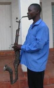 Il transforme son fusuil en instrument de musique