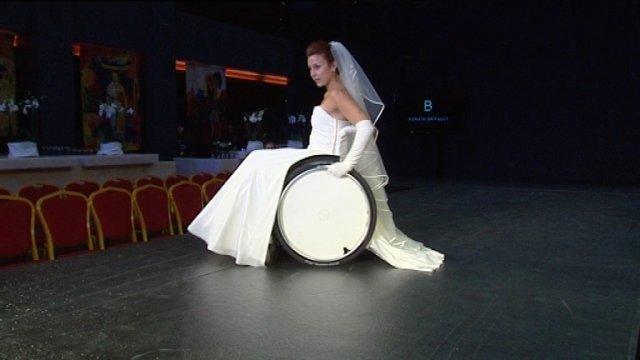 France : Autiste, il a utilisé sa sensibilité pour créer un concept breveté – des robes de mariées spécialement conçues pour les femmes en fauteuil roulant