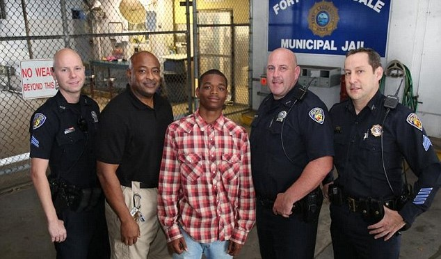 Arrêté, le jeune homme sauve la vie du policier chargé de sa garde qui vient de s'effondrer lors d'une crise cardiaque