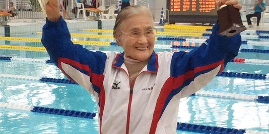 http://www.lemonde.fr/sport/article/2015/04/06/une-centenaire-decroche-un-record-du-monde-en-natation_4610194_3242.html