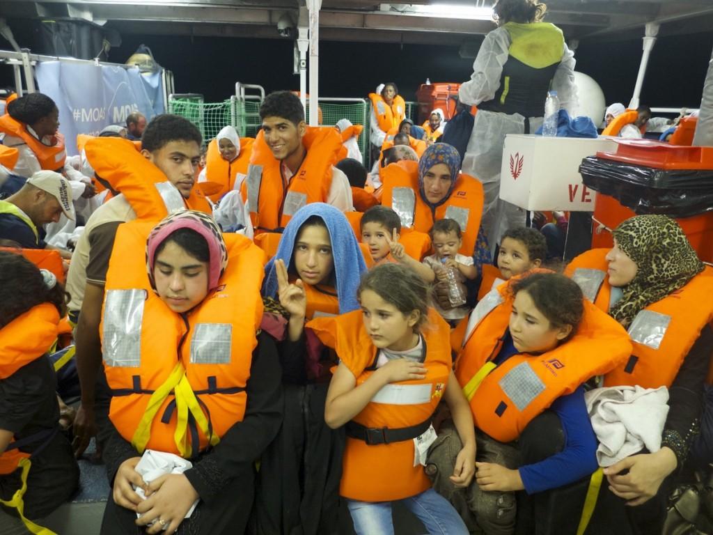 Réfugiés rescapés soulagés sur le voilier des Catrambones