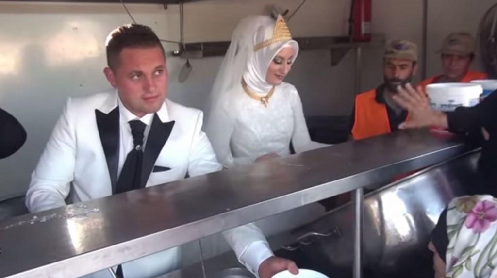 http://aujourdhuilaturquie.com/fr/un-couple-turc-partage-son-repas-de-mariage-avec-4-000-refugies-syriens/