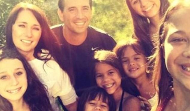 Amour : Après le décès de sa meilleure amie (cancer du cerveau), elle adopte ses 4 filles âgées de 5 à 12 ans et élargit sa propre famille à 8 membres