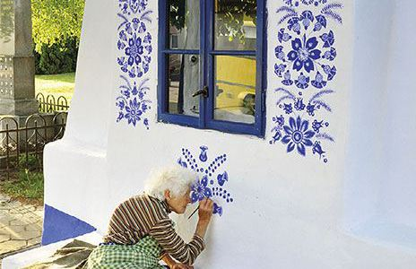 http://verbalistseducation.com/2014/11/08/funtastic-ornaments-grandmother/grandmother-agnes-kasparkova-delicately-paints-traditional-moravian-ornament-czech-republic/