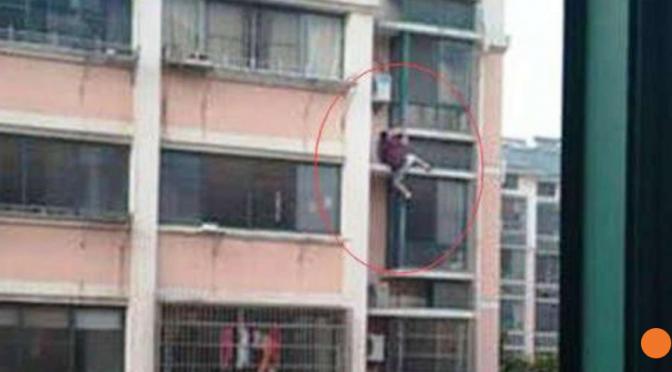 Chine : la police a fini par retrouver après plusieurs jours, l'inconnu qui a escaladé à mains nues 6 étages pour sauver une fillette sur le point de tomber. Il était parti sans se faire connaître.
