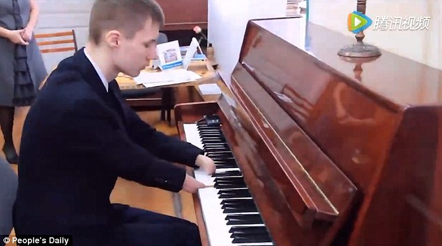 http://www.dailymail.co.uk/news/article-3431998/Inspirational-video-shows-self-taught-15-year-old-playing-piano-masterfully-despite-having-born-without-hands.html