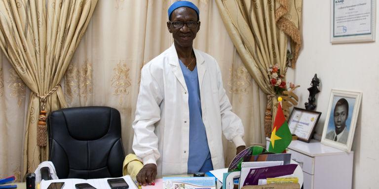 http://www.lemonde.fr/afrique/article/2016/08/23/au-burkina-pas-de-repos-pour-le-medecin-qui-reconstruit-les-femmes-mutilees_4986648_3212.html