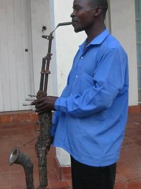 Recyclage : Il transforme un fusil AK-47 en saxophone